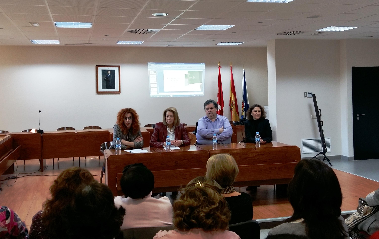 El Ayuntamiento de Velilla acoge una conferencia sobre el cáncer de mama