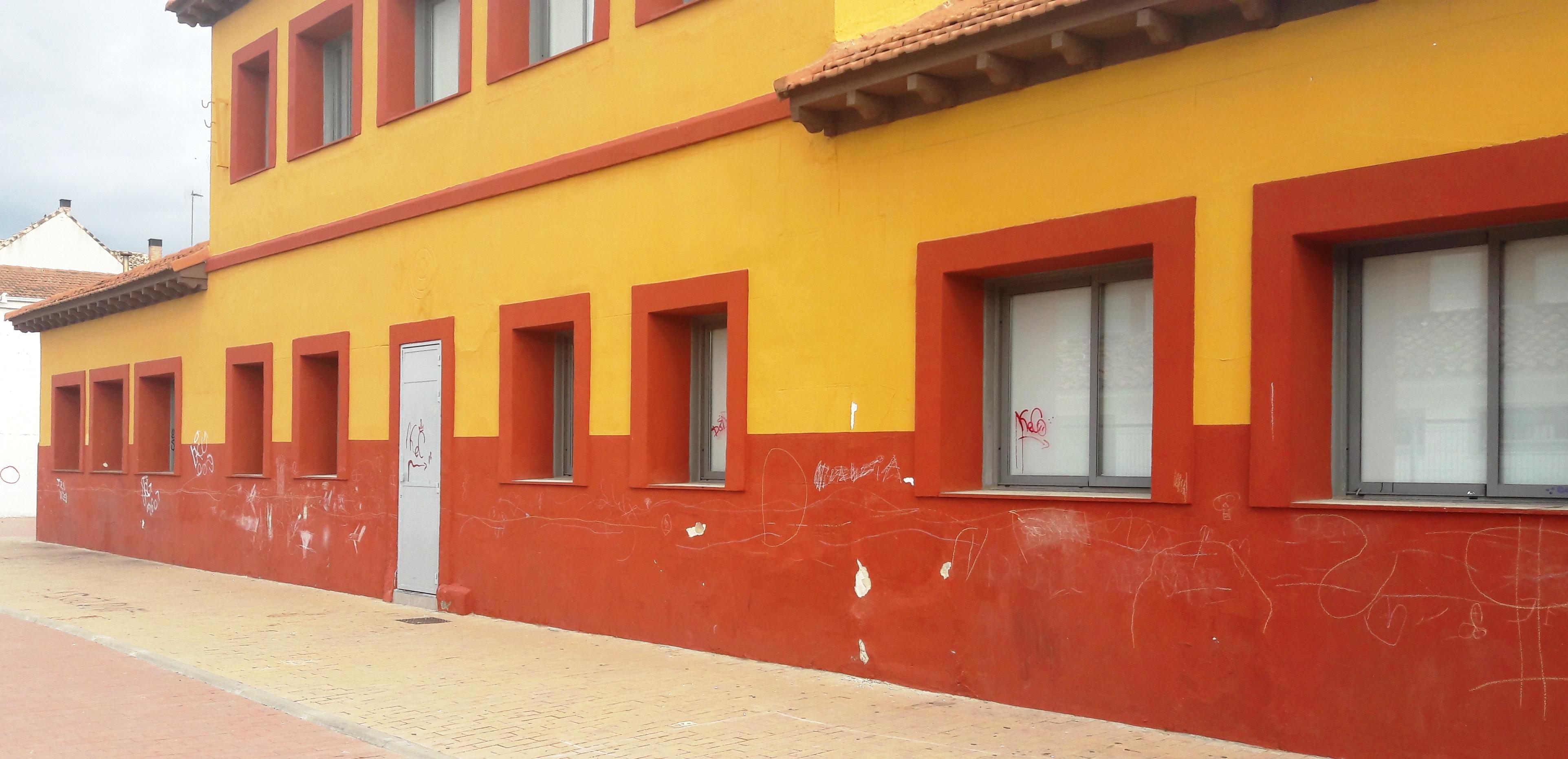 Pintadas en la fachada de la Sala de Exposiciones Adolfo Suárez