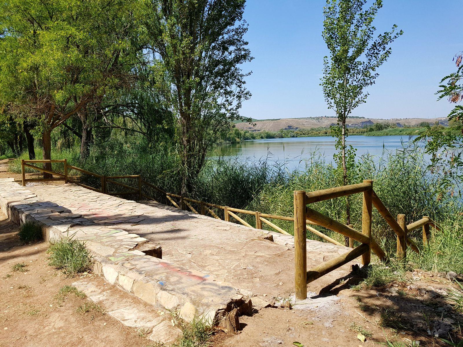 El Ayuntamiento de Velilla renueva el vallado de la Laguna El Raso y el embarcadero