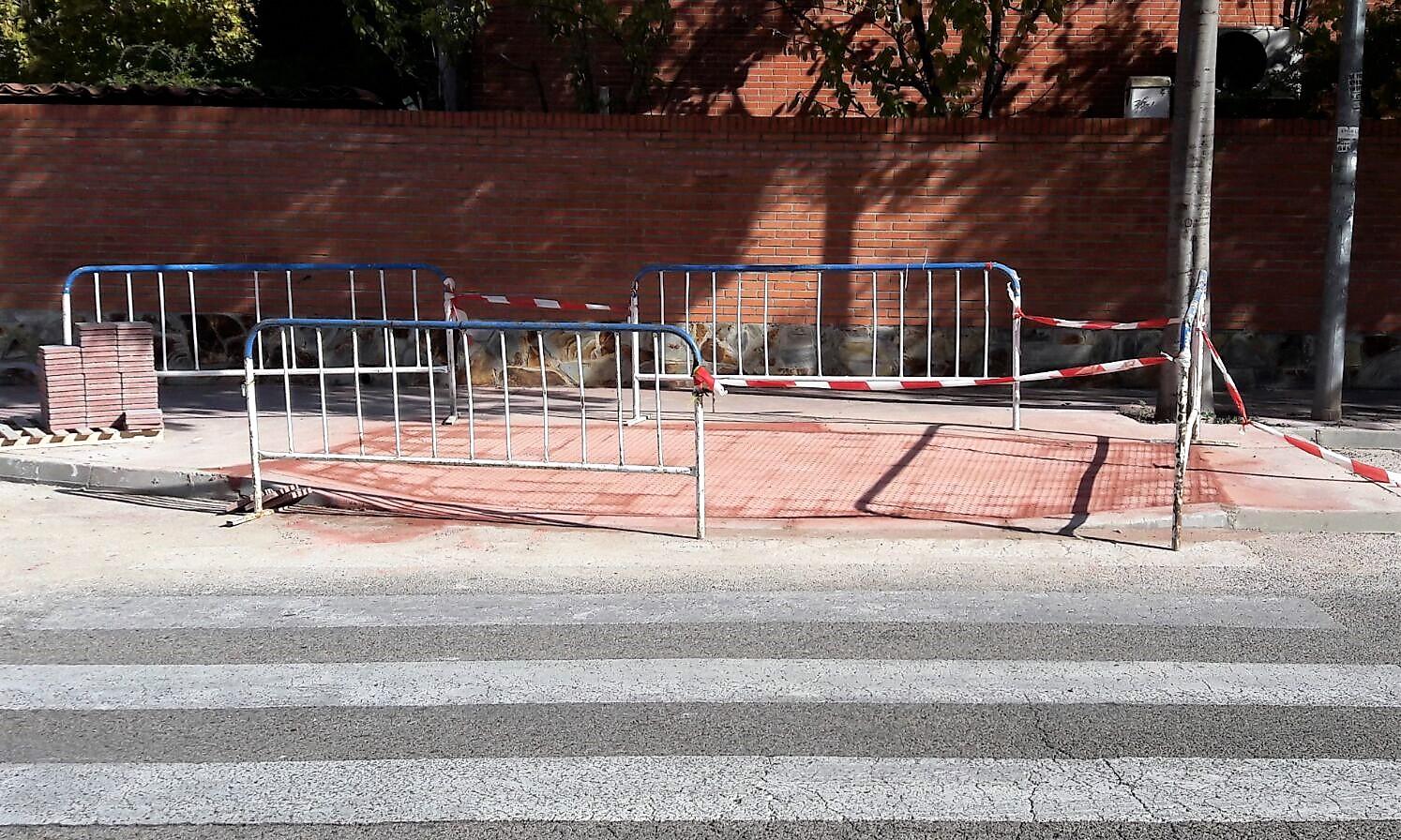 Rebaje de aceras para eliminar barreras arquitectónicas en los pasos de peatones