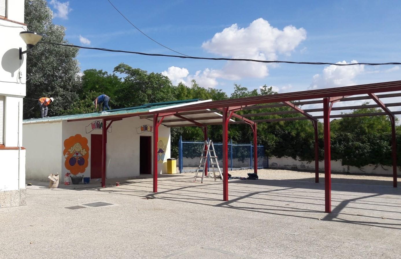 El techo de uralita del CEIP Valdemera de Velilla ya ha sido retirado