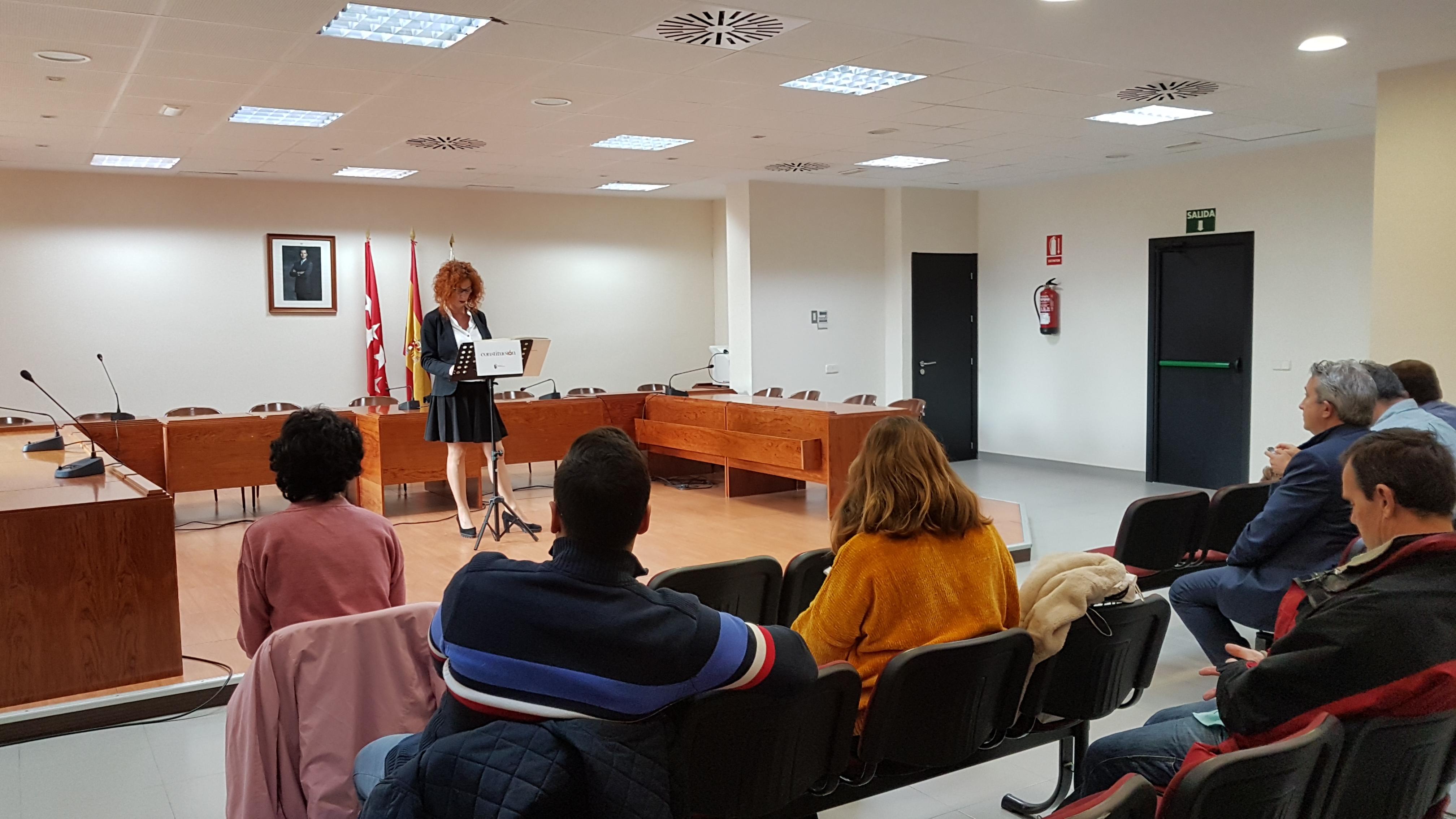 El salón de plenos del Ayuntamiento de Velilla ha acogido esta mañana la lectura pública de la Constitución Española