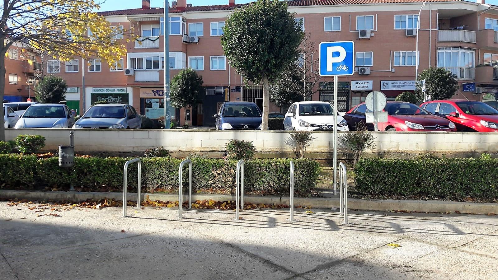 El Ayuntamiento de Velilla ha instalado seis nuevos bicicleteros en el municipio