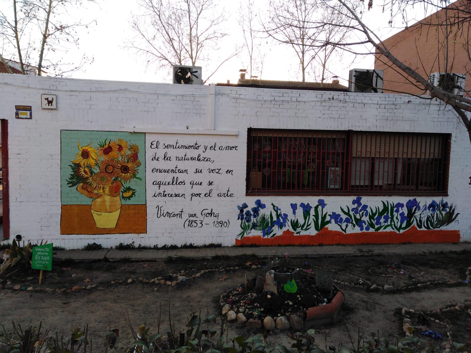 """""""Los girasoles"""" de Van Gogh decoran el muro lateral del Centro de Artes Plásticas"""
