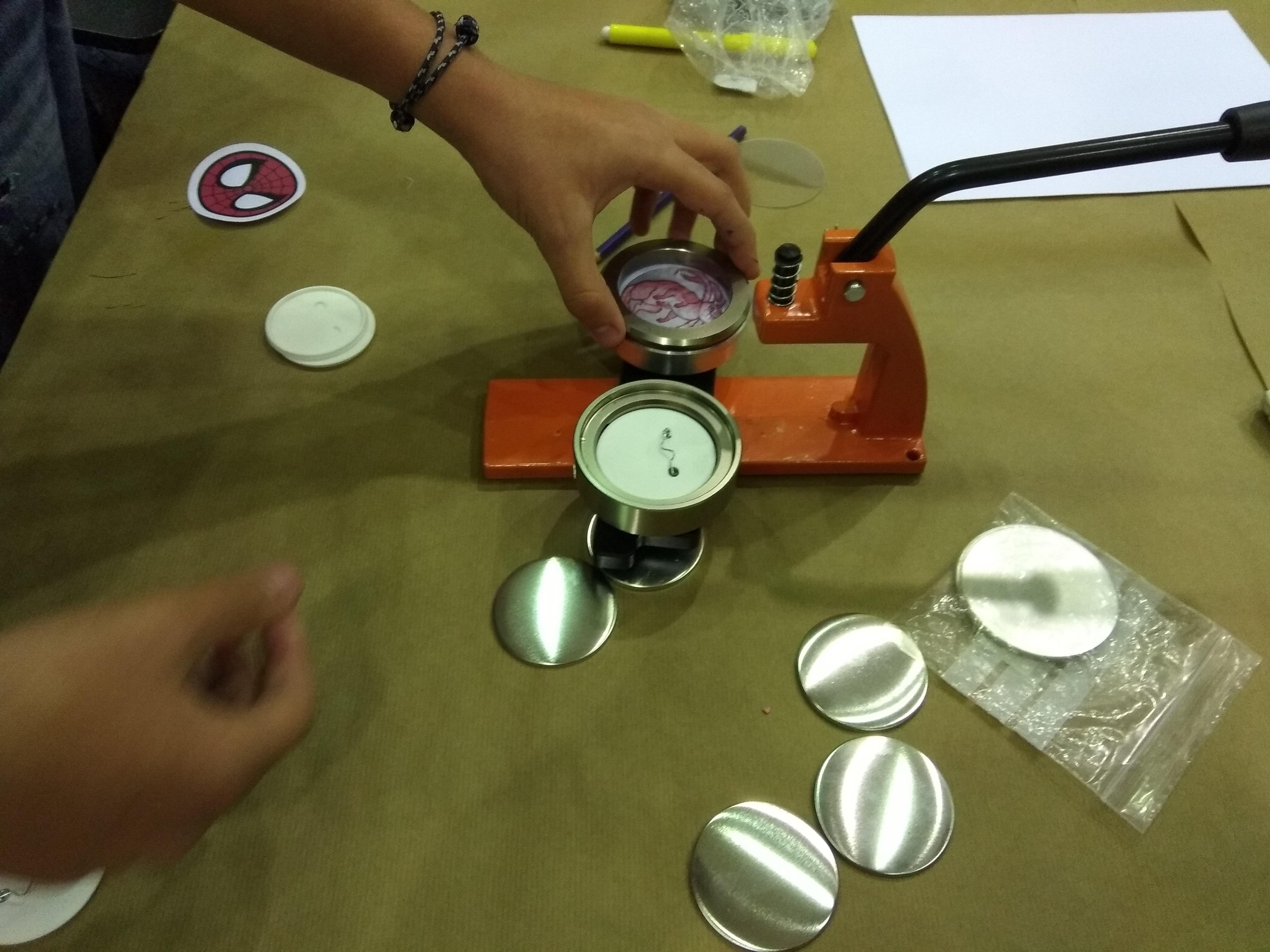 Creatividad y buen humor en el taller de chapas de la Casa de la Juventud