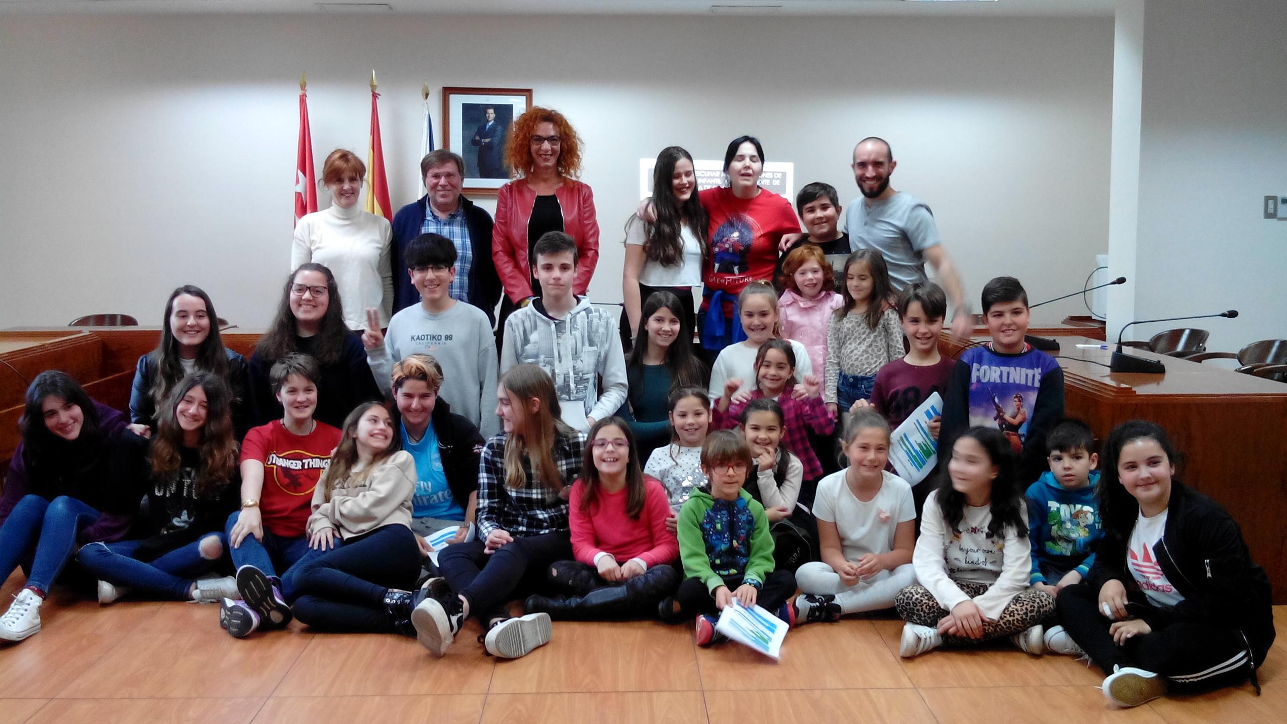 El viernes 5 de abril las comisiones de participación infantil y juvenil se reunieron con la alcaldesa y concejales de Velilla en el salón de plenos del Ayuntamiento