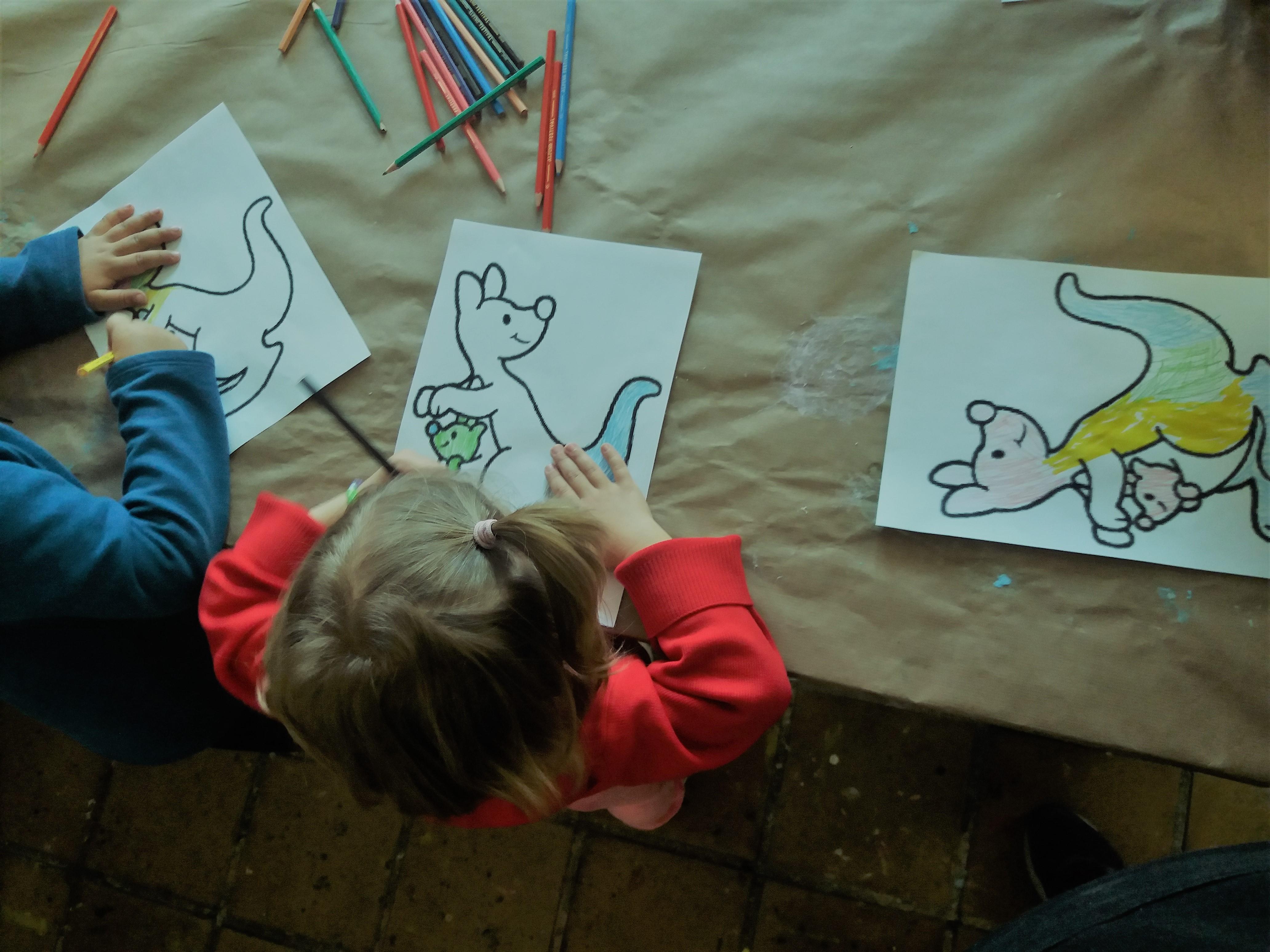 Una veintena de niños y niñas participaron en el taller de marionetas de la ocioteca infantil