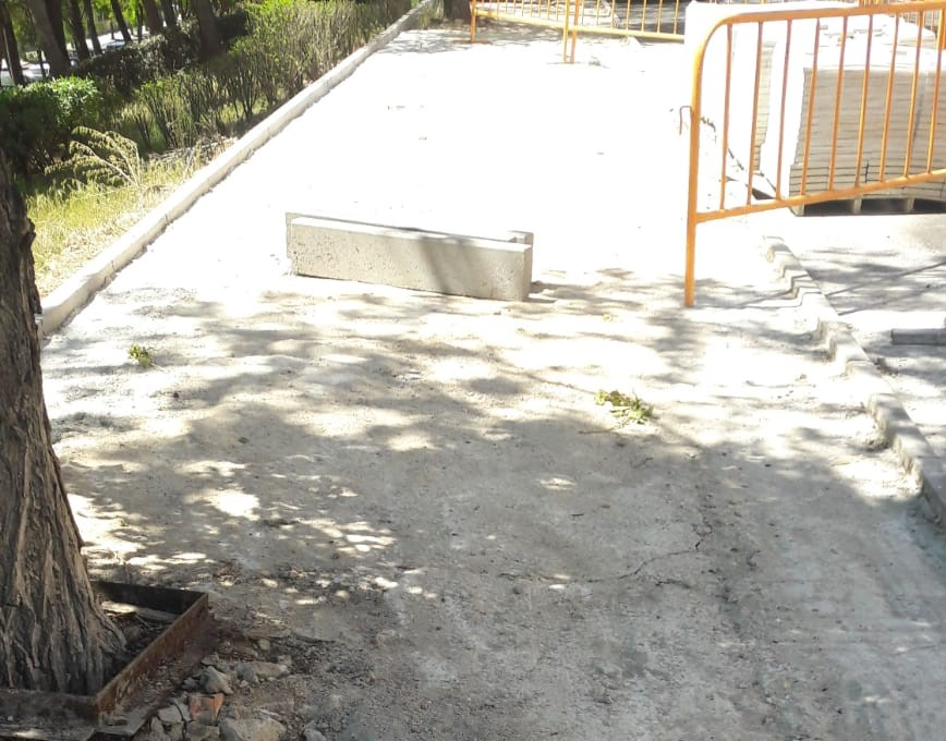 Continúan los trabajos de remodelación de aceras en el municipio