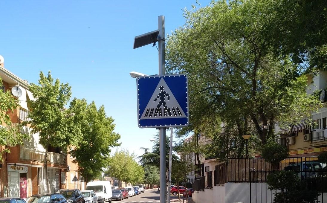 El Ayuntamiento de Velilla ha instalado señales luminosas para mejorar la visibilidad de los pasos de peatones con mayor tránsito de vehículos del municipio