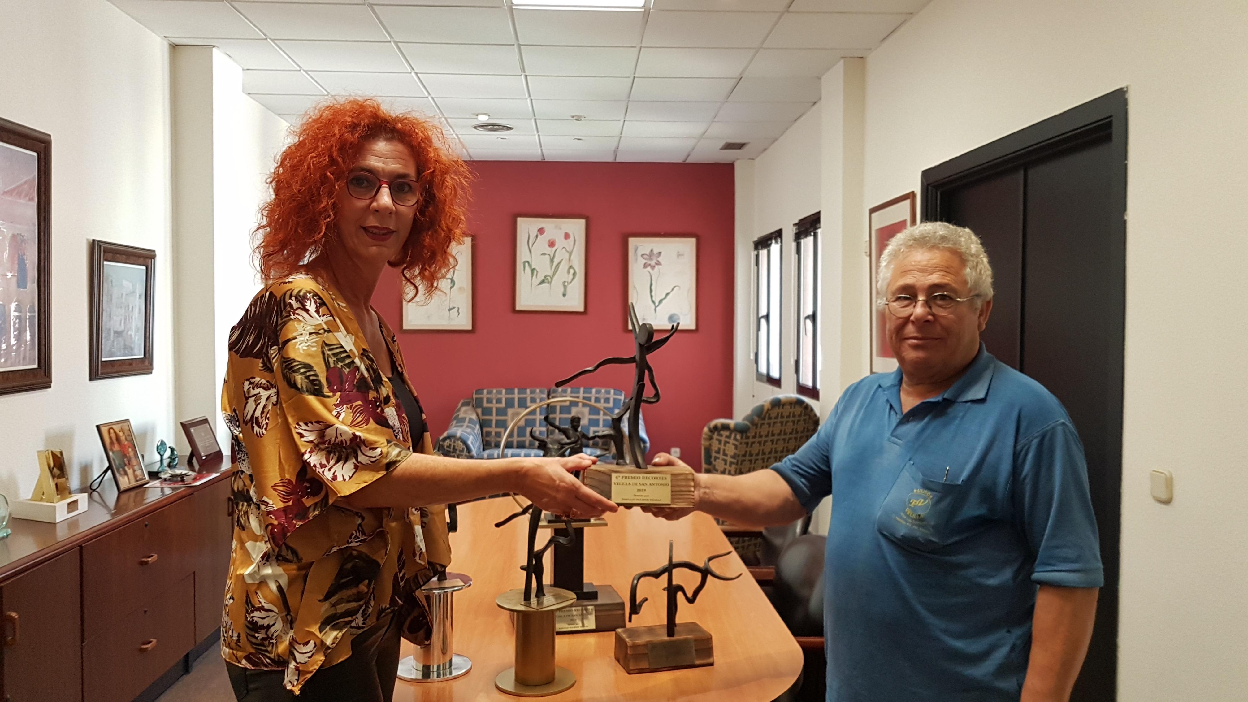 Pulidos Velilla dona los trofeos para el concurso de recortes de las Fiestas Patronales