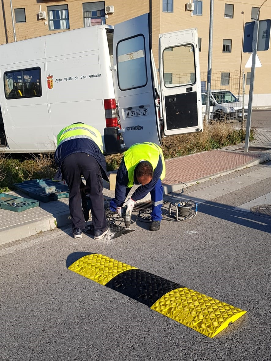 El Ayuntamiento de Velilla instala reductores de velocidad en el sector XXIII para mejorar la seguridad vial