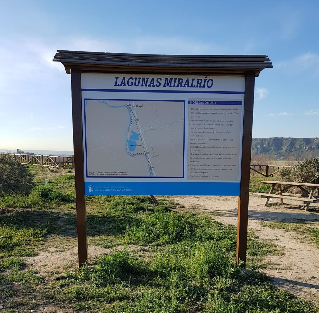 La Concejalía de Medio Ambiente del Ayuntamiento de Velilla ha sustituido, estos días, el panel informativo situado en el entorno de las lagunas Miralrío que había sido objeto de actos vandálicos