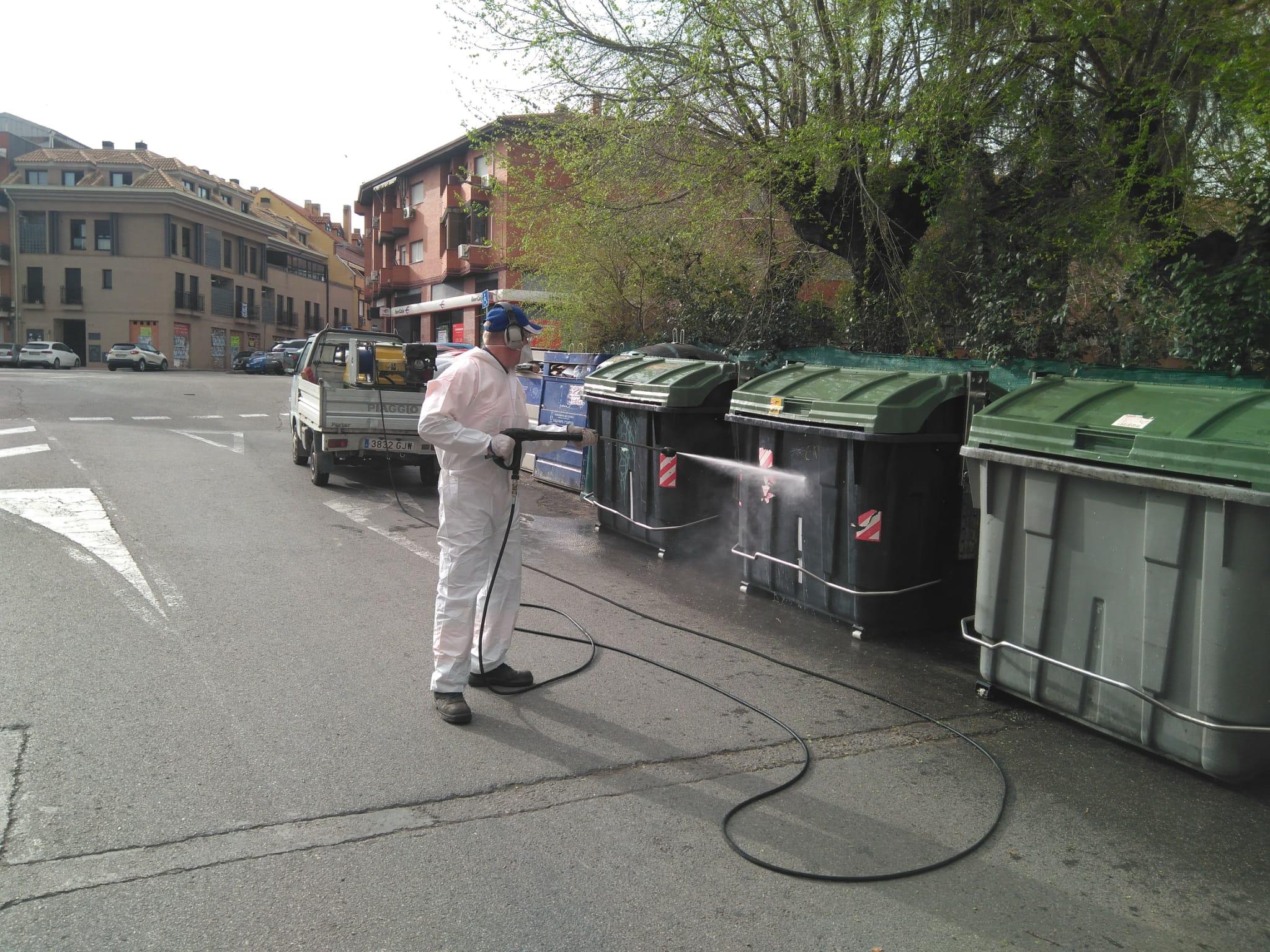 Trabajos de desinfección de los contenedores y en los accesos a los espacios públicos abiertos