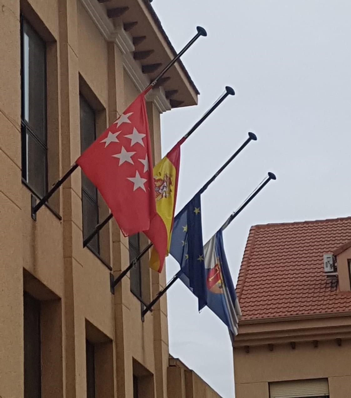 Las banderas de los edificios municipales ondean a media asta