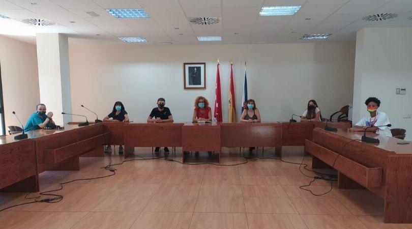 La Alcaldesa de Velilla se reunió el lunes con un grupo de jóvenes del municipio preocupados por la defensa de los derechos LGTBI