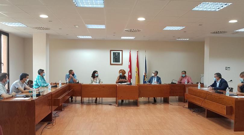 El Ayuntamiento de Velilla ha acogido esta mañana una reunión de alcaldes y alcaldesas, tras la negativa de la Comunidad de Madrid, para subvencionar la contratación de desempleados en el Programa de Reactivación Profesional