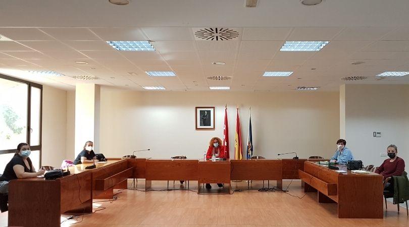La Alcaldesa de Velilla, Antonia Alcázar, se reunió la semana pasada con representantes de la Asociación de Comerciantes de Velilla ACOVEL