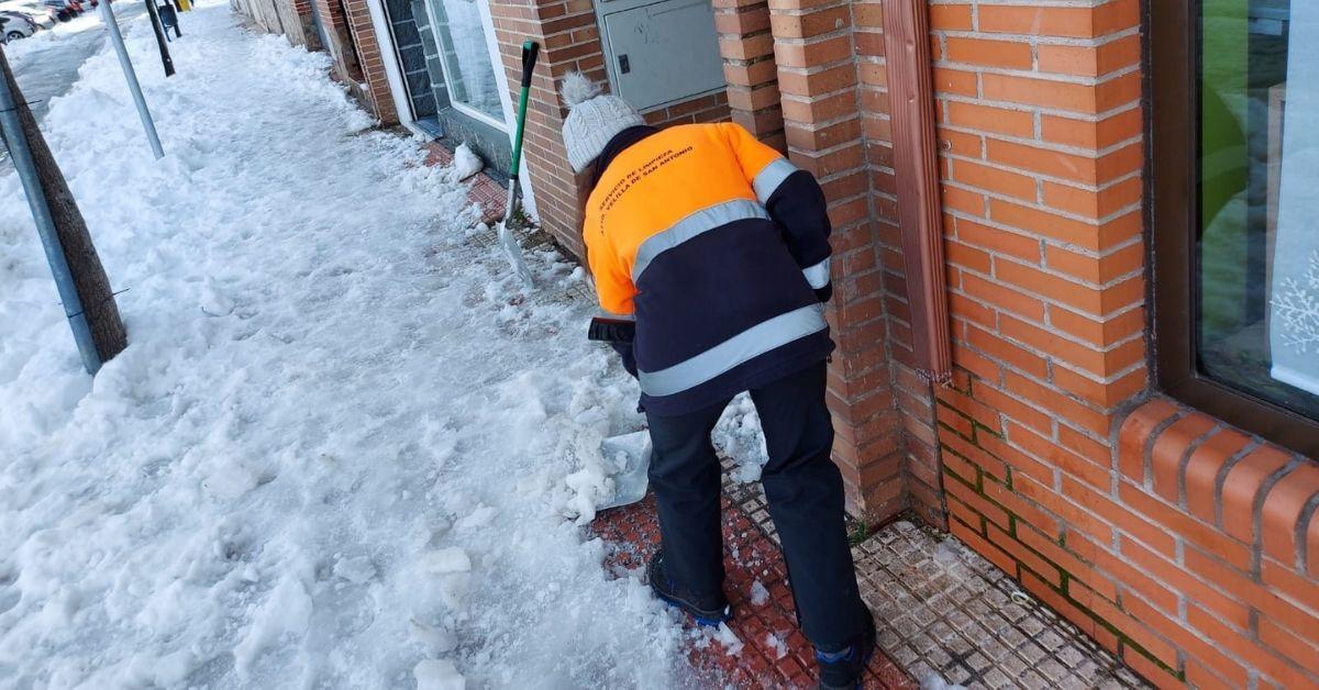 Dispositivo retirada de nieve y esparcimiento de sal