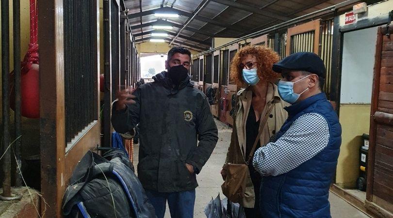 La alcaldesa y el concejal de Urbanismo visitaron el pasado viernes la escuela de equitación AV