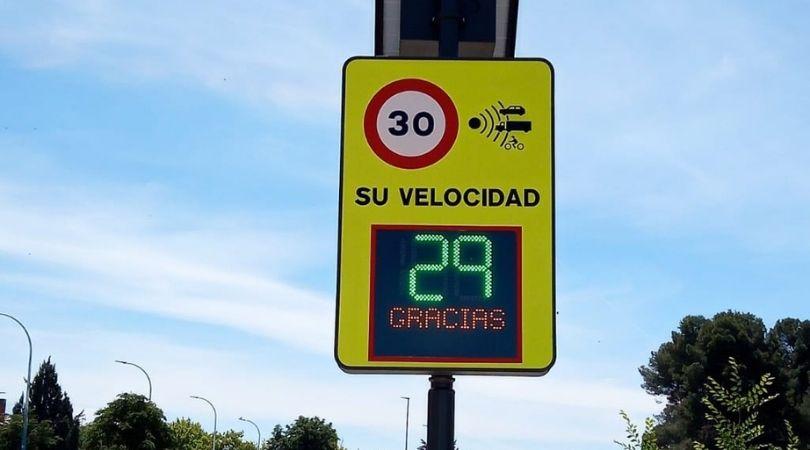 Instalación de señales indicadoras de velocidad