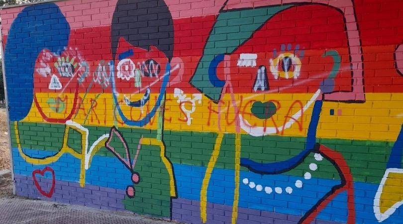 Pintadas homófobas en el mural y las escaleras LGTBI