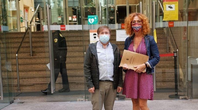 La alcaldesa y el concejal de Sanidad registran las firmas de los vecinos en la Consejería de Sanidad