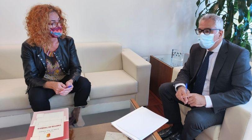La alcaldesa se reunió con el consejero de Administración Local para exigir el cumplimiento de las actuaciones pendientes en Velilla