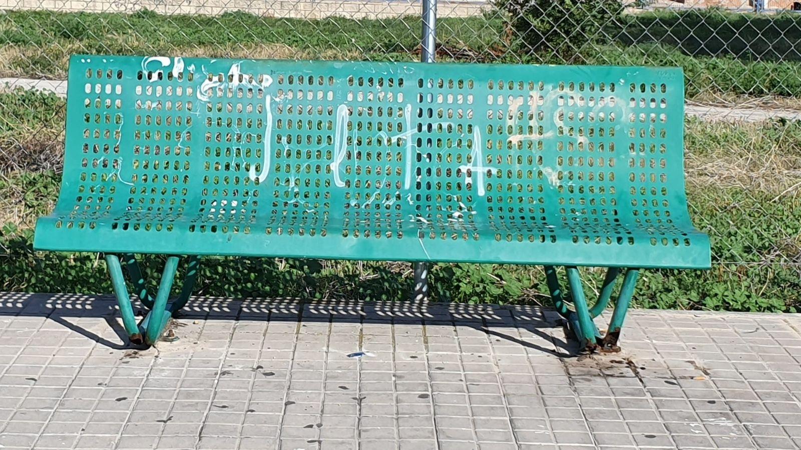 Los orines de perros degradan el mobiliario urbano