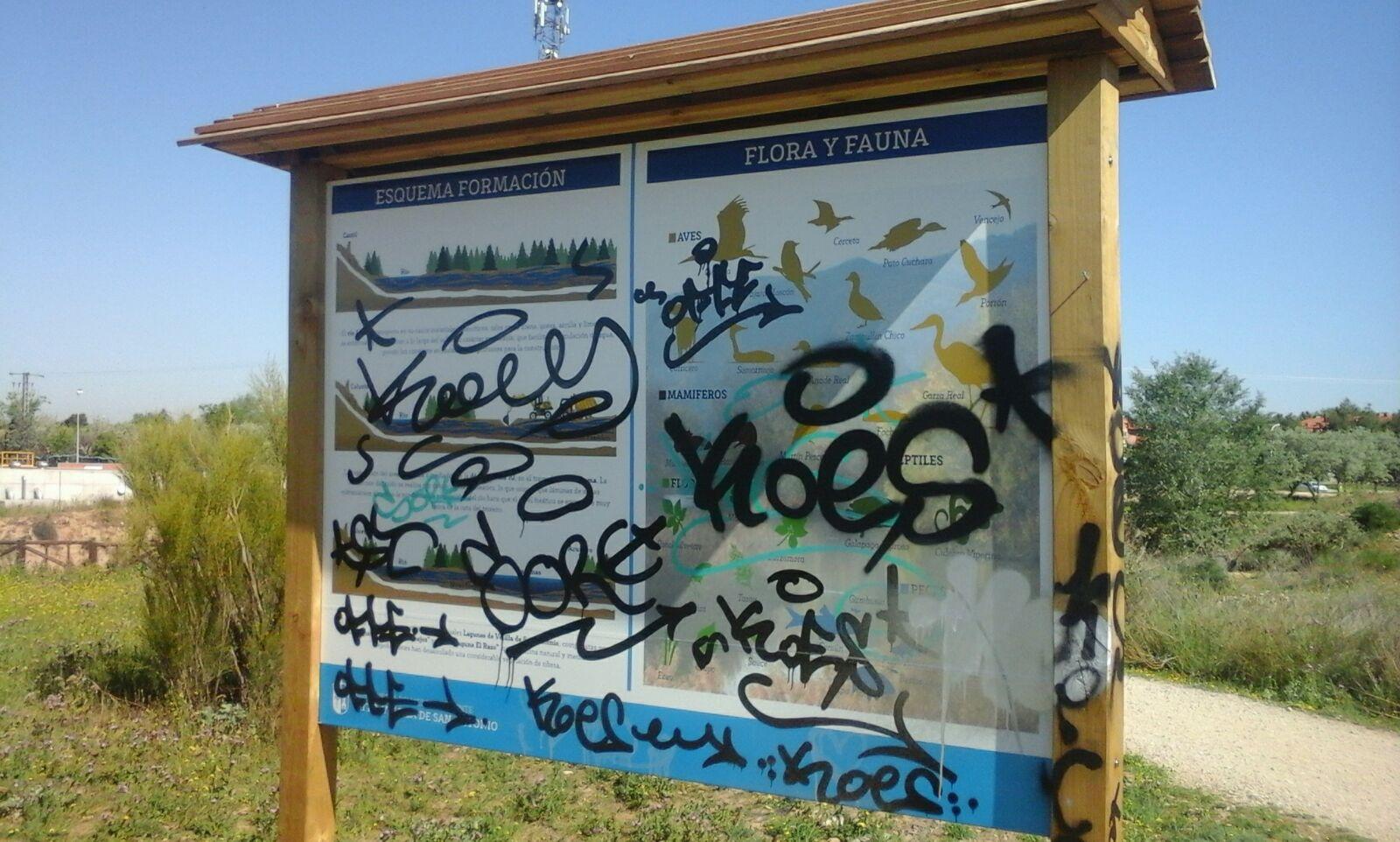 Limpieza de las pintadas de los paneles informativos de las Lagunas de Velilla