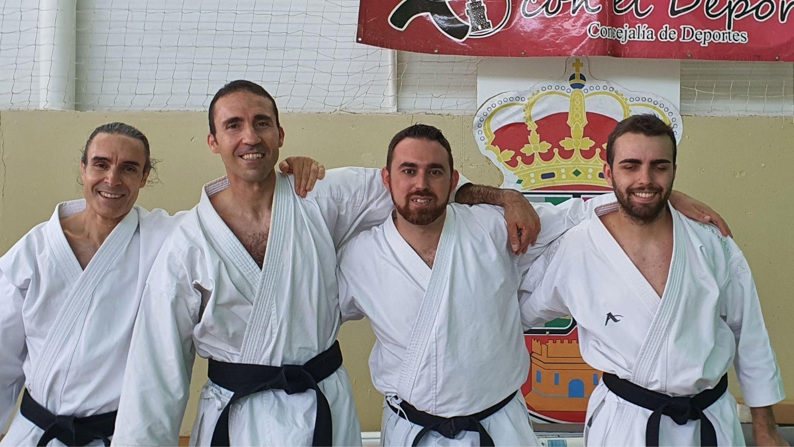 7 karatekas velilleros consiguen aprobar el cinturón negro con sus distintos danes