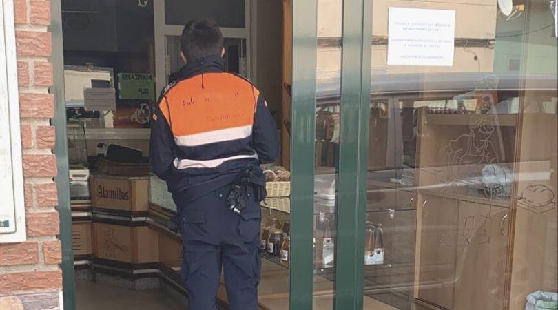 Protección Civil reparte mascarillas en los comercios que han abierto de nuevo sus puertas para minimizar el riesgo de posibles contagios