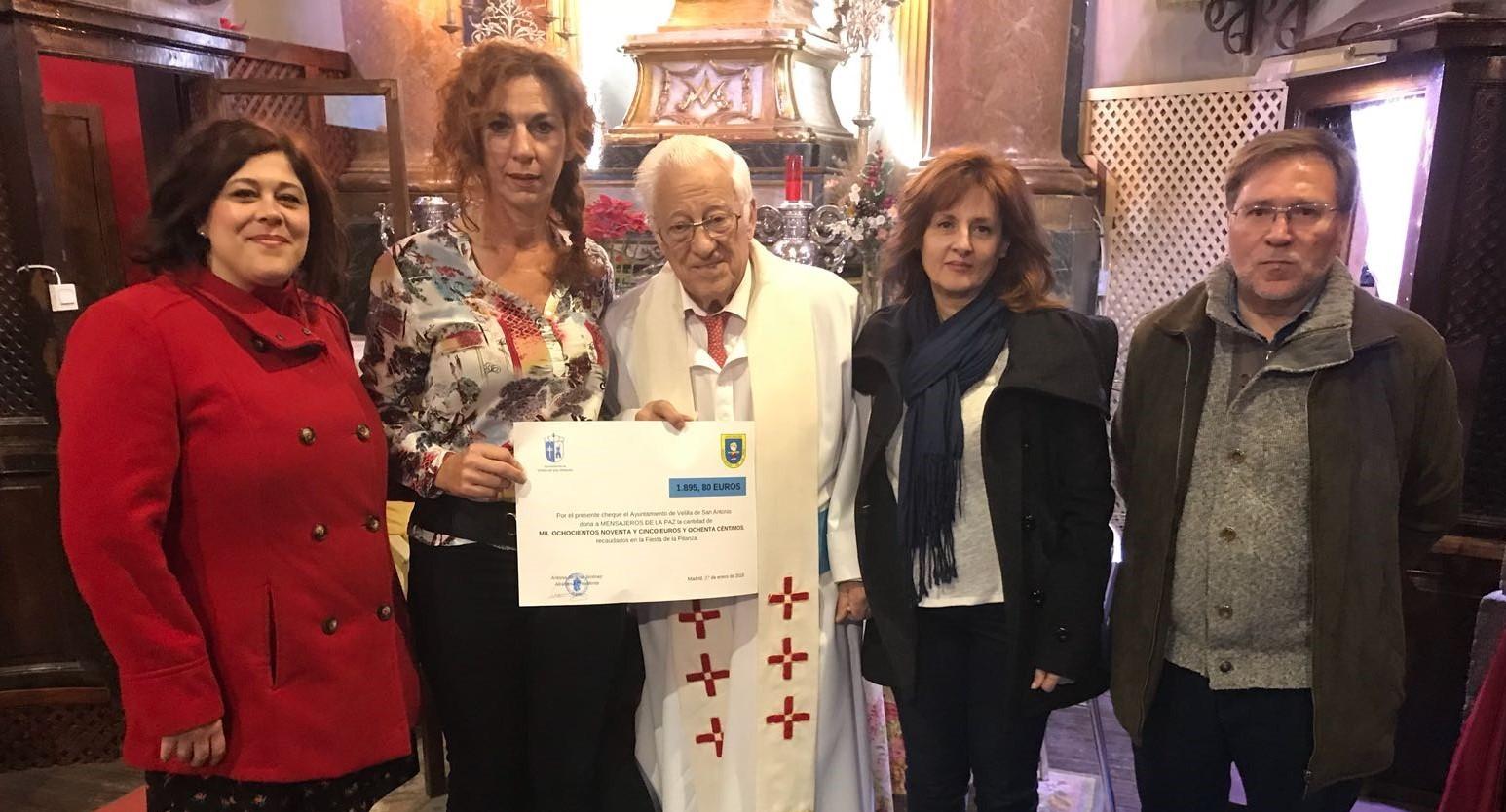 La Alcaldesa de Velilla entregó al Padre Ángel el cheque solidario de la recaudación de La Pitanza