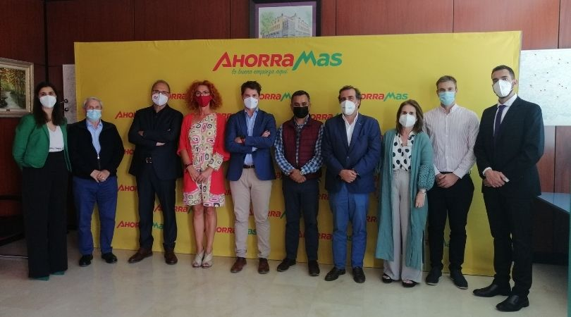 La alcaldesa acudió a la firma del acuerdo entre la empresa Ahorramas y el director general de la Fundación Deporte Joven